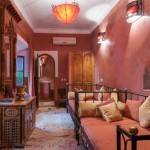 Zwei Einzelbetten und Kommode und Sicht auf das Bad im Riad La Maison Nomade in Marrakech