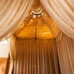 Im Hotel La Maison Nomade in Marrakesch das Himmelbett im Zimmer Esperanza