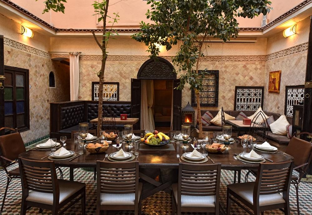 Im Riad La Maison Nomade der neugestaltete Innenhof unter Orangenbäumen