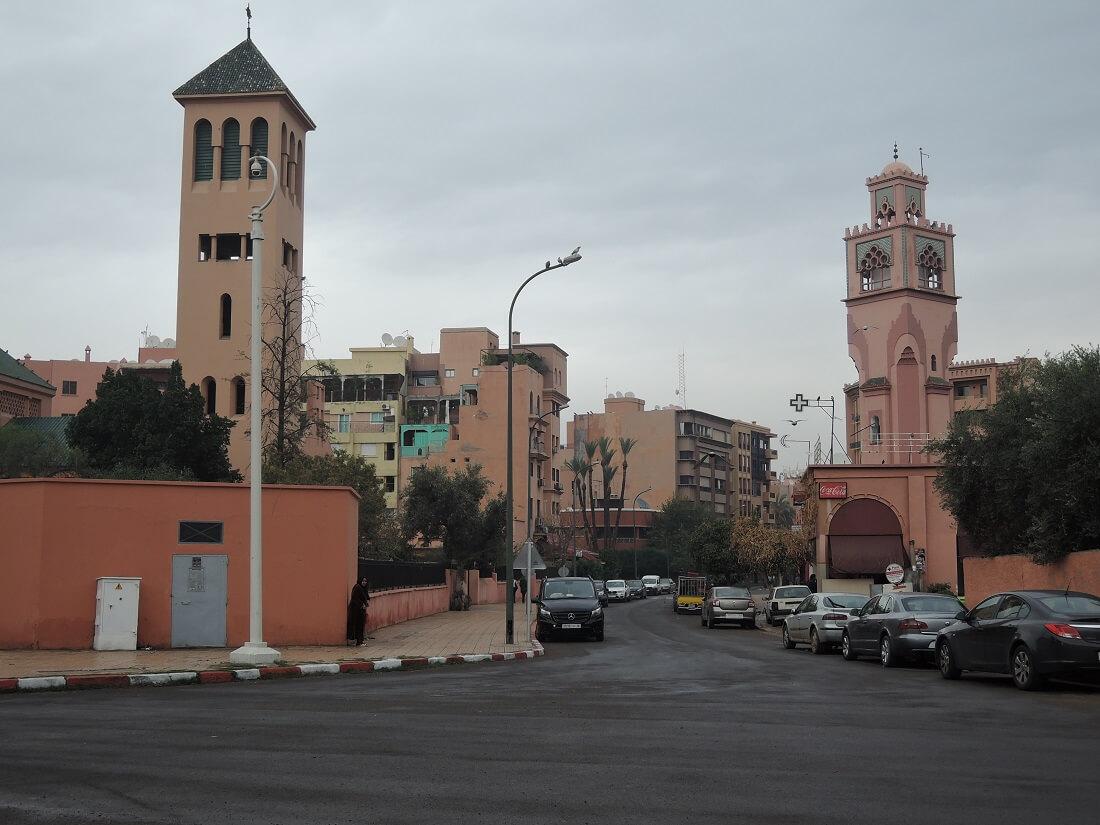 katholische Kirche und Moschee im Stadtteil Gueliz von Marrakech