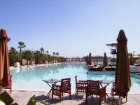 Das große Schwimmbecken La Plage Rouge in Marrakesch