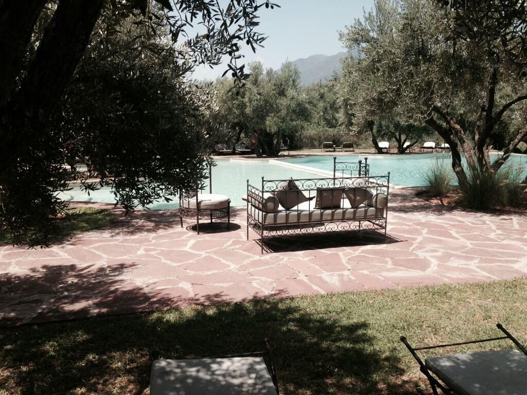 Mit dem Hotel La Maison Nomade in das Bergschwimmbad Oliveraie de Marigha