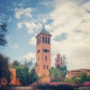 Die katholische Kirche in Marrakesch und dahinter die Moschee in der Neustadt von Marrakesch