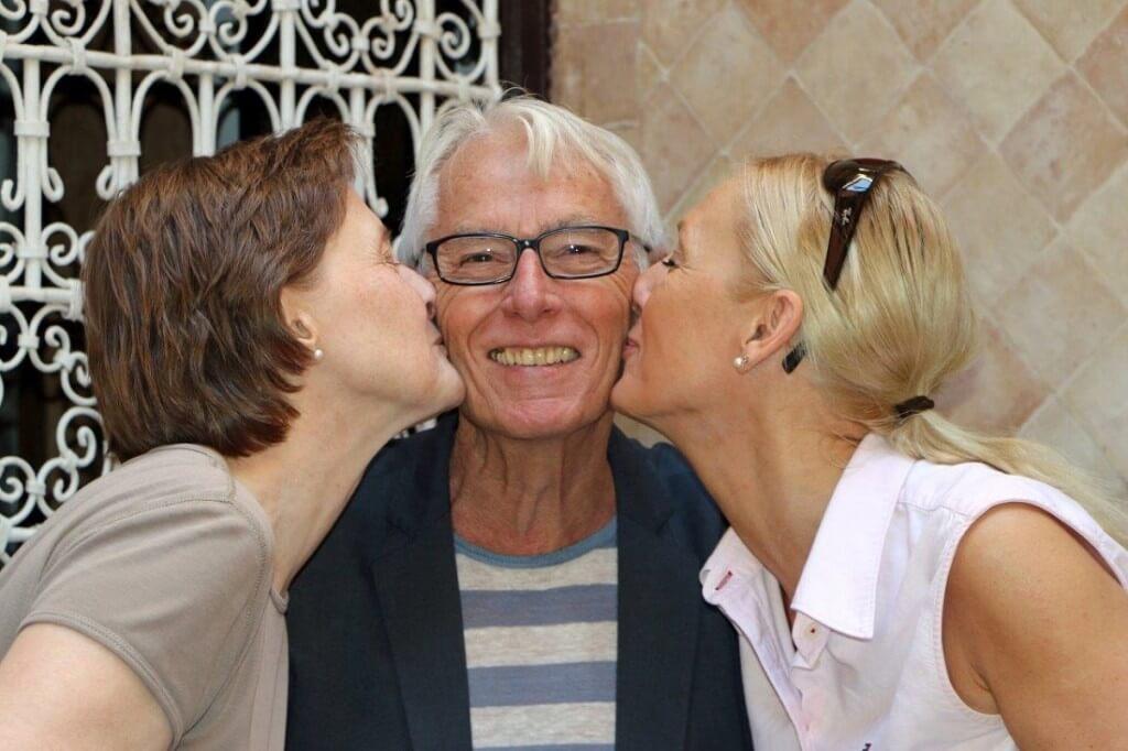 Herbert mit zwei zufriedenen Gästen im Hotel in Marrakesch