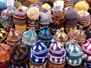 Auf dem Gewürzmarkt im Souk von Marrakech die Mützenstrickerinnen