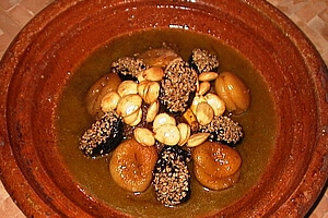 Marokkanisches Essen: Tajine-Gerichte im Restaurant des Riad La Maison Nomade Lammtajine mit Pflaumen, Aprikosen, gerösteten Mandeln