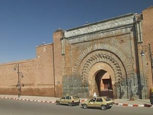 Stadttor Bab Agnoui in der Medina von Marrakesch vis a vis vom Königspalast