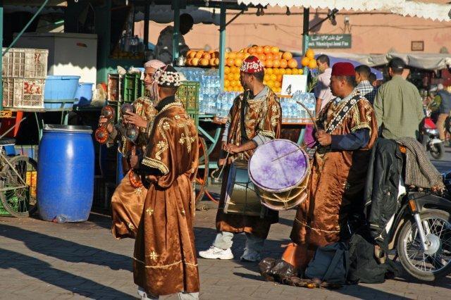 Gnaoua-Musiker auf dem Platz Djema el Fna in Marrakesch