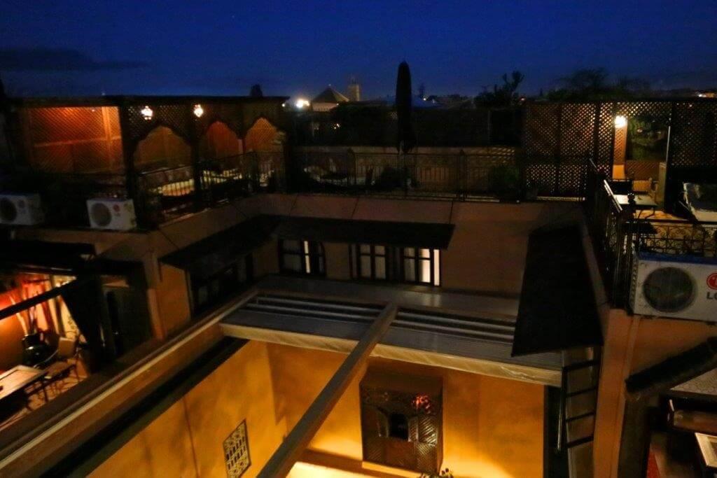 blick-in-den-innenhof-automatisches-dach-kara-ben-nemsi-yacout-dachterrassen-im-hotel-la-maison-nomade-marrakech