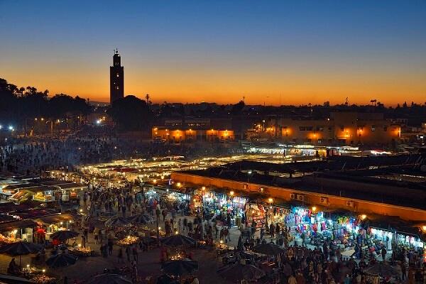 Der Platz Djema el Fna in Marrakesch bei Nacht