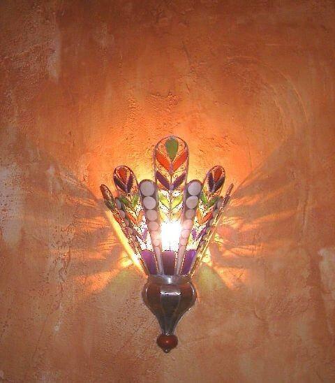 handgearbeitete Wandlampe aus Weisblech und Schmucksteinen aus dem Souk von Marrakesch