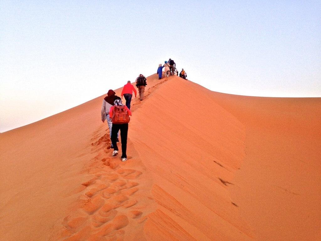 Am frühen Morgen Aufstieg mit dem Riad La Maison Nomade auf eine Düne