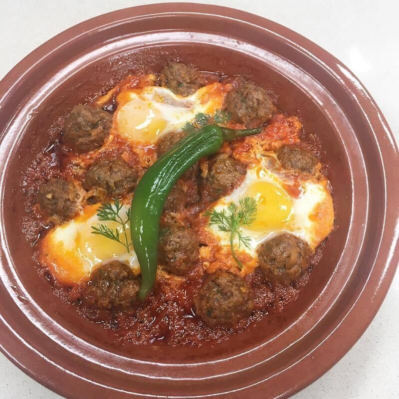 Fesselnd Huehnchen Marokkanisch Gebraten Und Geduenstet  Kefta Hackfleischbaellchen Mit Spiegeleiern