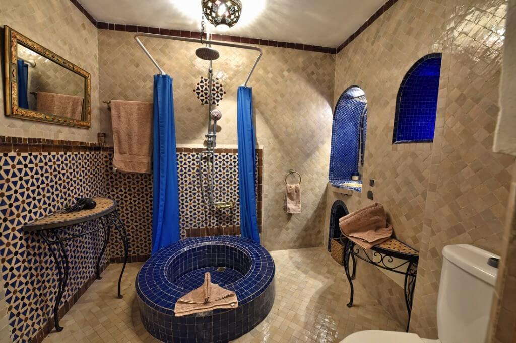 Badezimmer im Riad La Maison Nomade Marrakesch mit den landestypischen Fliesen