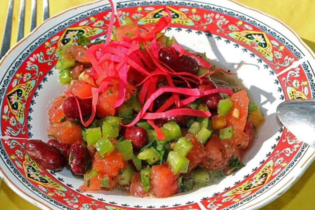 Marokkanischer Salat mit Tomaten, Gurken, Paprika, Bohnen/Hotel La Maison Nomade