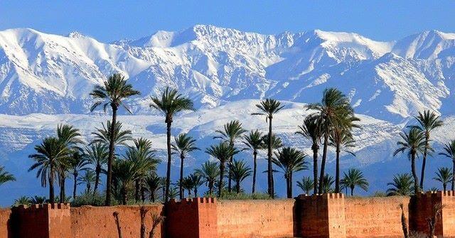 der-hohe-atlas-in-marokko und die Altstadtmauer von Marrakesch