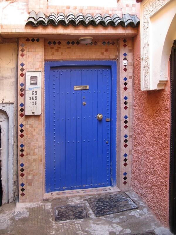 Hinter dieser blauen Türe verbergen sich Marrakesch Erfahrungen im Riad La Maison Nomade
