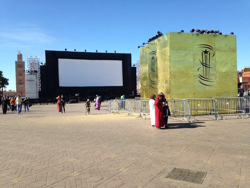 Die große Leinwand am Platz Djema el Fna in Marrakesch