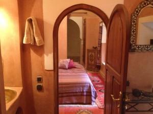 Badezimmer und Schlafzimmer im Hotel in Marrakech