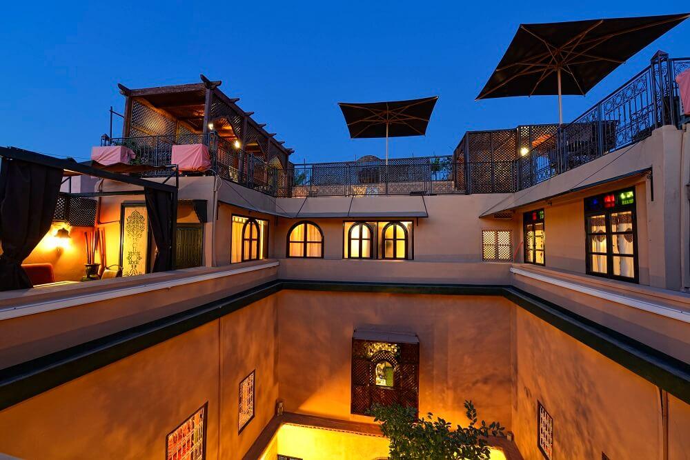 Blick auf die Terrassen im 3. Stock - rechts darunter das Zimmer Yacout im Riad La Maison Nomade in Marrakesch