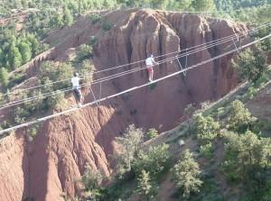 Balanceakt über tiefe Schluchten im Freizeitpark Terres de Amanar