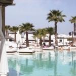 Schwimmbad Nikki Beach in der Palmeraie bei Marrakesch