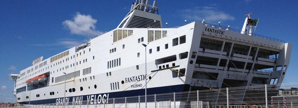 Ankunft der Fähre aus Sete in Südfrankreich im Fährhafen Tanger Med in Marokko