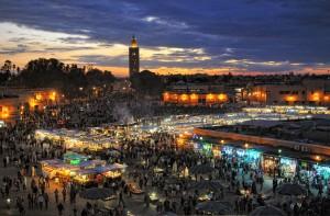 Mit dem Riad La Maison Nomade am Abend zum Platz Djema el fna in Marrakesch