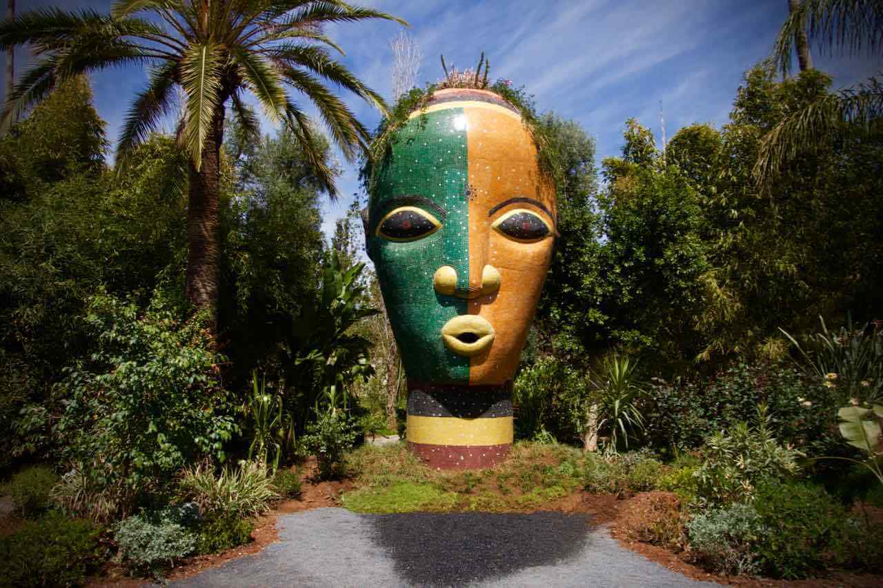 buntes Gesicht Skulptur