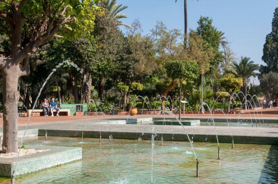 Diverse Springbrunnen, uralte Olivenbäume im Cyber Park