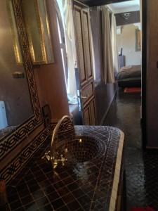 blick-vom-badbereich-zum-salon-kara-ben-nemsi