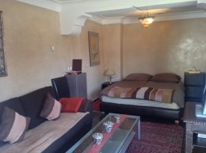 wohn-schlafzimmer-in-der-mini-suite-kara-ben-nemsi-im-hotel-la-maison-nomade-marrakech