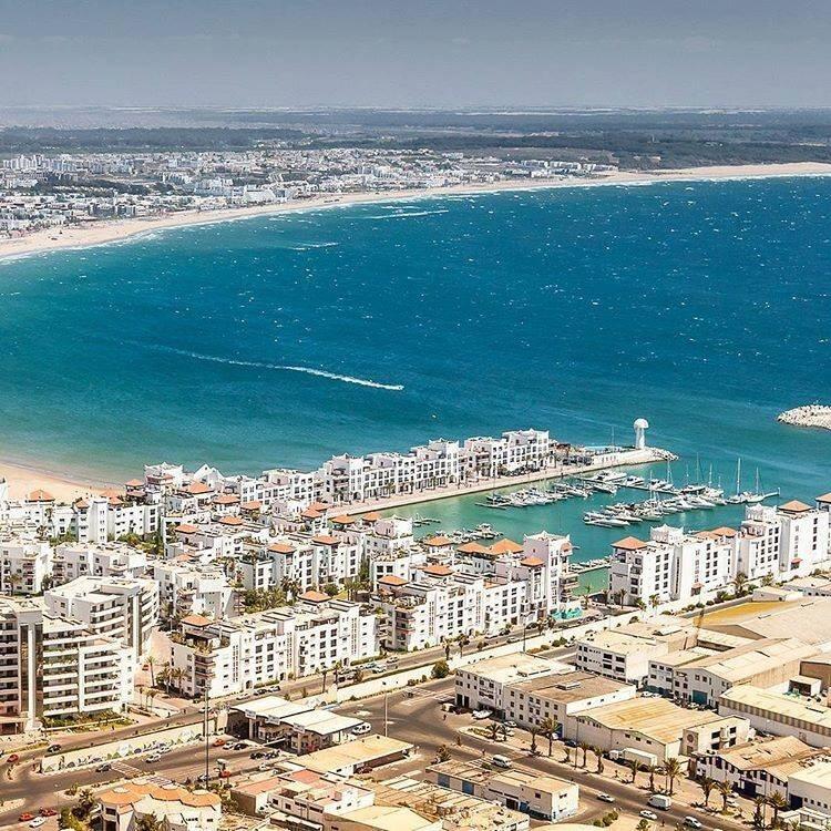Blick auf die Marina und den Strand von agadir-an-der-atlantikkueste, ein Ausflug mit dem Hotel in Marrakesch