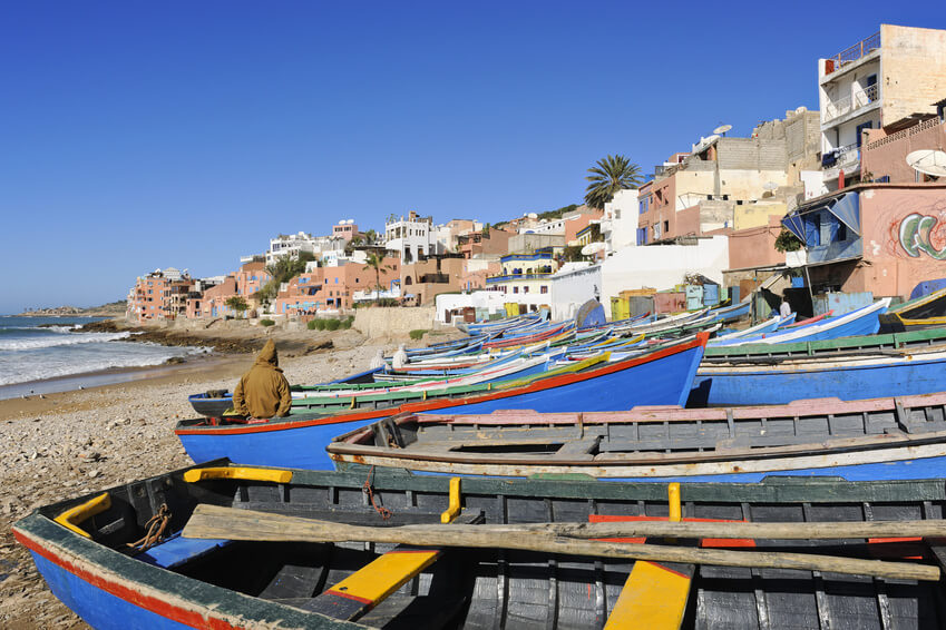 Fischerboote am Strand in Taghazout an der Atlantikküste zwischen Agadir und Sidi Ifini