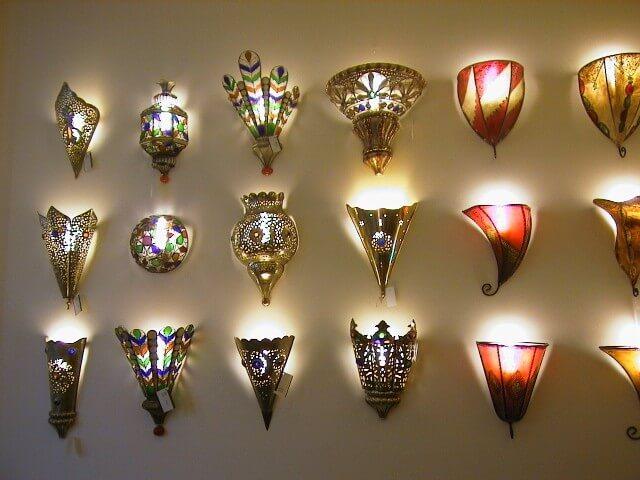 Auswahl an handgearbeiteten Wandlampen aus dem Souk von Marrakesch