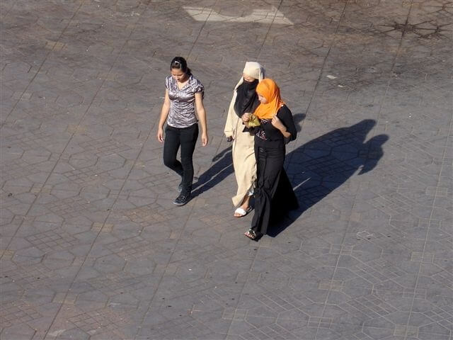 3 marokkanische Frauen spazieren