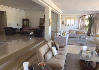 Wohnzimmer mit mehreren Sitzbereichen