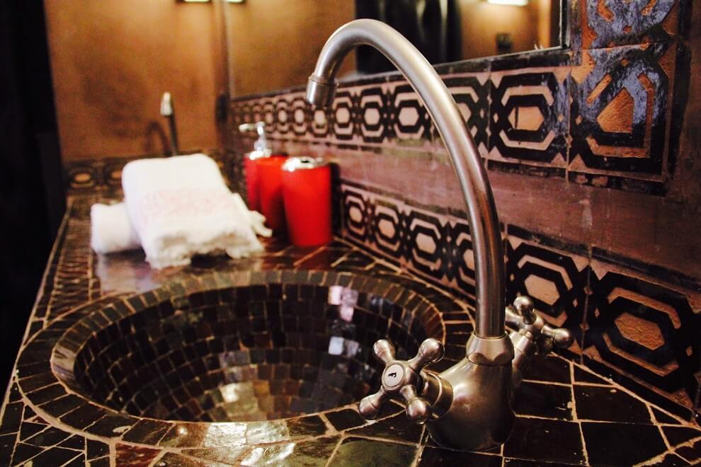 Zellije-Waschbecken im Zimmer Kara Ben Nemsi im Riad La Maison Nomade Marrakesch