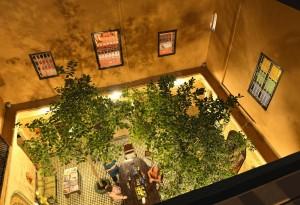 Blick in den Innenhof mit Bäumen vom Riad