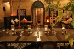 Der große Tisch im Patio vom Hotel La Maison Nomade zum gemeinsamen Frühstück und Abendessen
