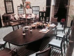 Der große Esstisch im Patio vom Hotel La Maison Nomade in Marrkesch