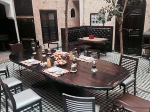 Esstisch mit Platz für 10 Personen im Innhof des Riad La Maison Nomade in Marrakesch