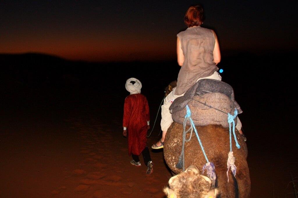 Nur ich, das Dromedar und der Berberführer Richtung Wüstenbiwak