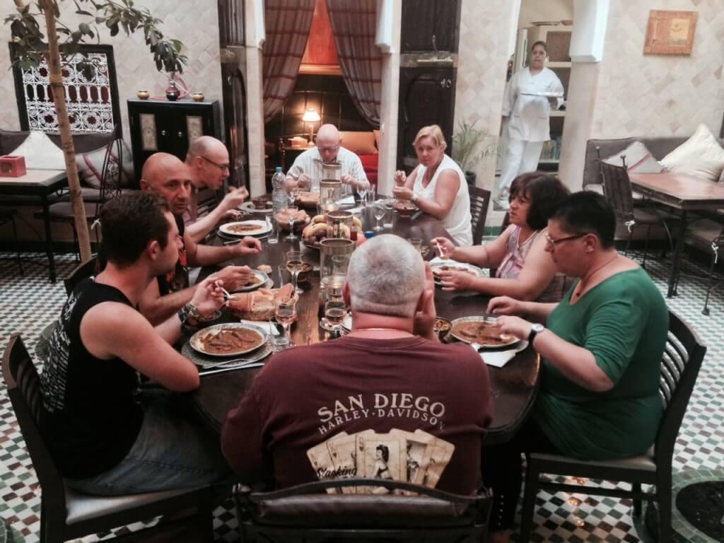 Nehmen Sie Platz am Magic Table und erleben den Spirit vom Riad La Maison Nomade in Marrakesch
