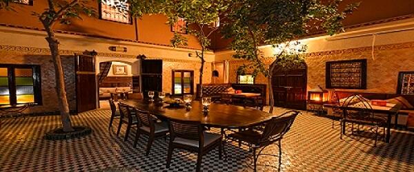 Der Innenhof im Hotel in Marraksch unter Orangenbäumen mit Restaurant