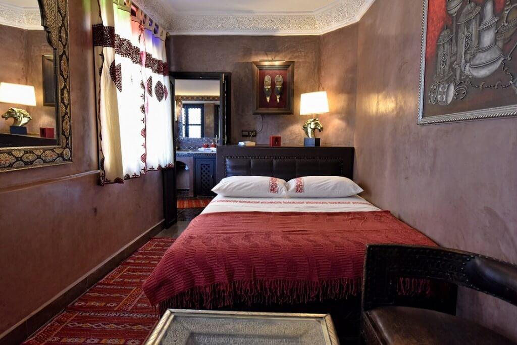 Das Zimmer Yacout im Hotel La Maison Nomade mit Sitzecke, Doppelbett und separatem Badbereich