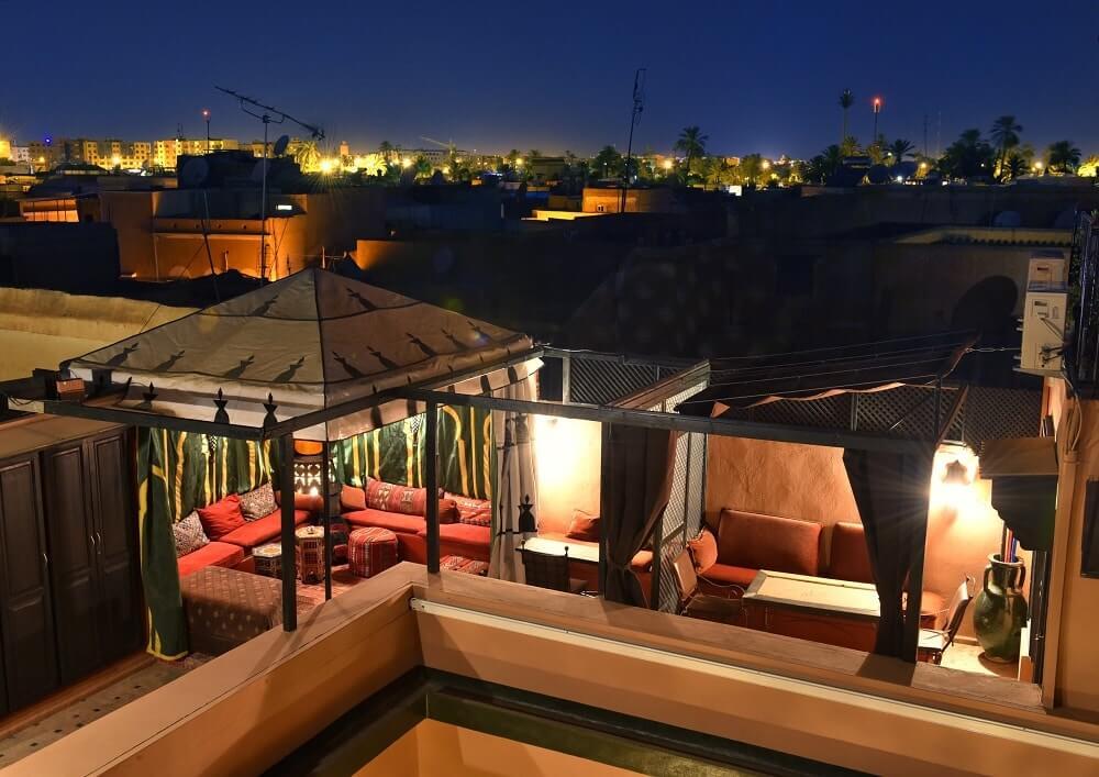 Auf der Dachterrasse des Riad La Maison Nomade in Marrakesch mit Blick auf die Neustadt Gueliz
