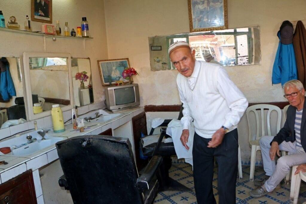 Im Stadtteil Sidi Benslimane von Marrakesch wartet er: der Barbier von Marrakesch