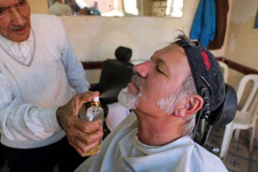 Der Barbier von Marrakesch ist zufrieden mit seiner Arbeit und der Kunde vom Riad La Maison Nomade auch