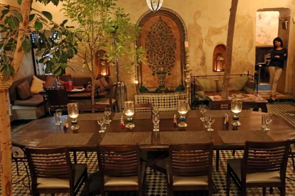 Im Innenhof am großen Restauranttisch vom Hotel La Maison Nomade in Marrakesch